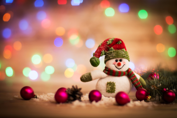 christmas_background_with_christmas_tree_and_snowman_shutterstock_232853431